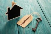 domácí bezpečnostní koncept - malý dům a starý klíč