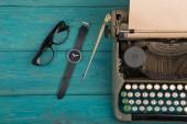 psací stroj na modré dřevěné stolní