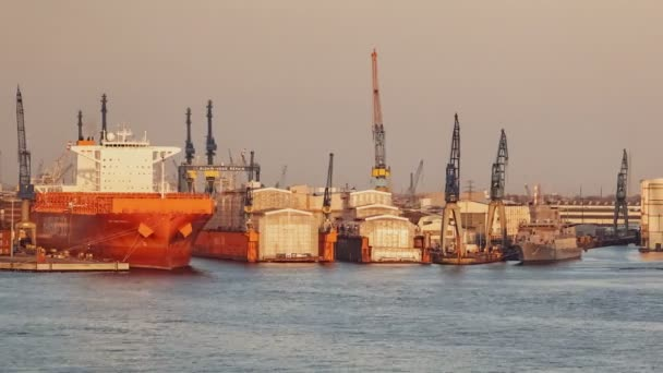 Schiffe in Docks und Frachtterminals
