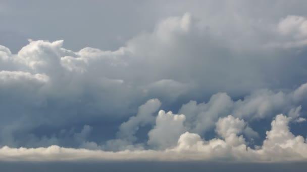 Včasné záběry temných mraků před deštěm