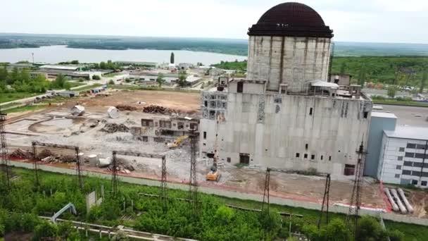 Letecký pohled na demoliční stanoviště. Proces demolice staré průmyslové budovy