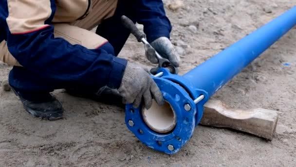 Pracovníci instalující systém zásobování vodou, zavřít