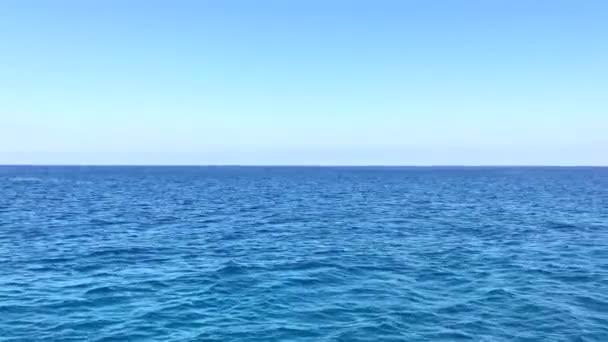 Serfovat Středozemního moře poblíž Kypr