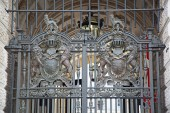 Fotografie Gate decorated with heraldic sign of United Kingdom in London