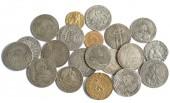 Sbírka středověkých mincí na bílém pozadí