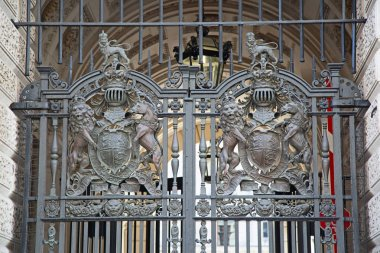 Gate decorated with heraldic sign of United Kingdom in London