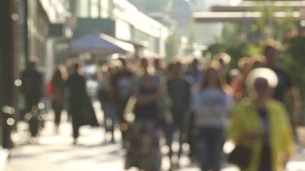 Rozmazané pozadí městské s chůzí k poznání lidí, reálném čase