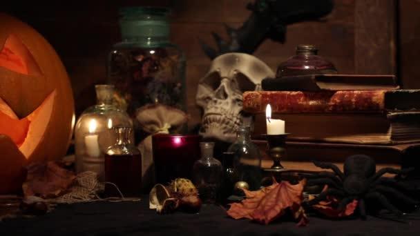 Hrozné Zátiší s lebkou, dýně, staré knihy, javorové listy, archivní vína a svíčky na stole čarodějnice. Halloween nebo esoterický koncept