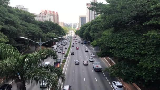 Provoz vozů v 23 Maio avenue ve městě Sao Paulo.