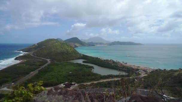 A a Karib-tenger és az Atlanti-óceánra néz St-Kitts-sziget déli részén a domb tetején, Timothy tájkép