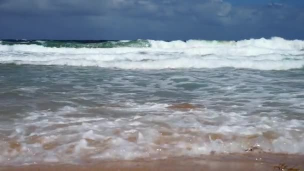 hullámok a tengerparton a gyönyörű homokos jön