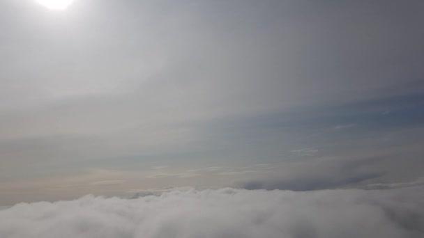 Šedé nadmořské mraky. Sluneční světlo skrz nebeský prostor.