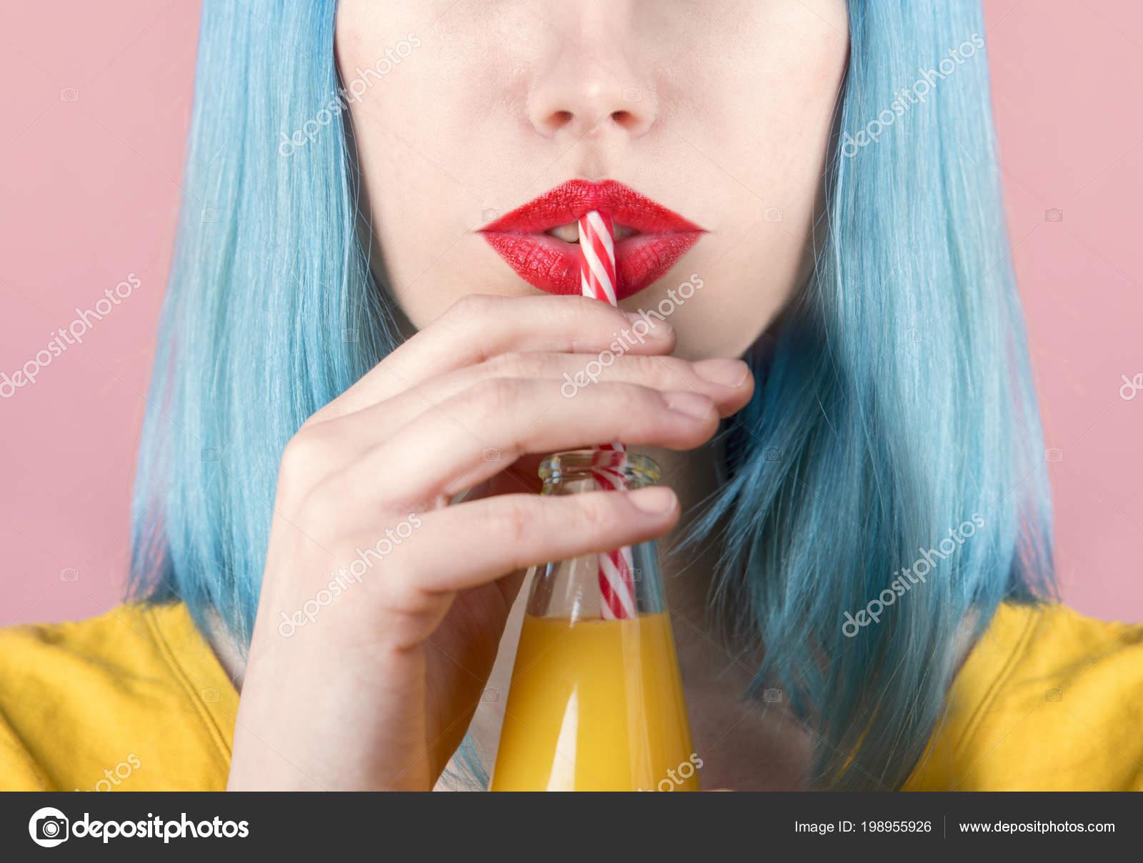 Крупный Студийный Портрет Молодой Женщины Хипстера Красной Помадой Синими  Окрашенными — Стоковое фото © hitdelight #198955926
