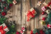 Fotografie Frohe Weihnachten und schöne Feiertage! Christbaumkugeln mit Ornamenten und Geschenk-Boxen am Schreibtisch aus Holz. Ansicht von oben. Xmas-Traditionen. Platz für Ihren text.