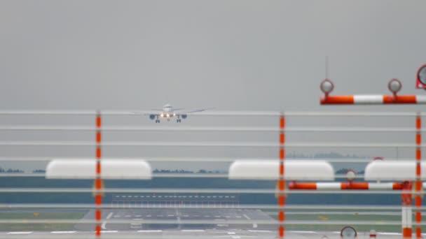 Flugzeug landet bei nassem Wetter