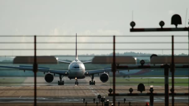 Großraumflugzeug bremst