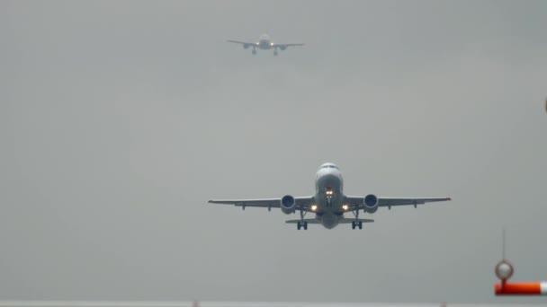 Berufsverkehr am Flughafen Düsseldorf