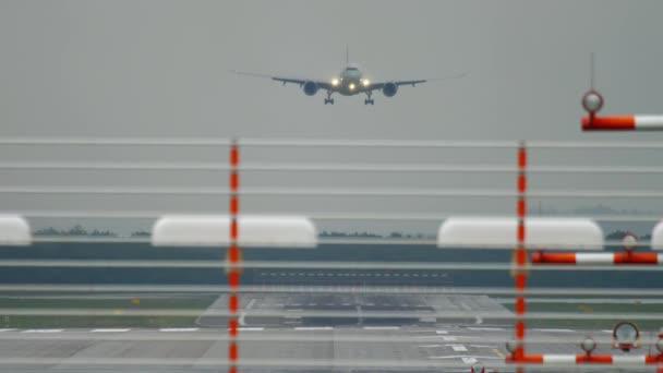 Großraumflugzeug landet