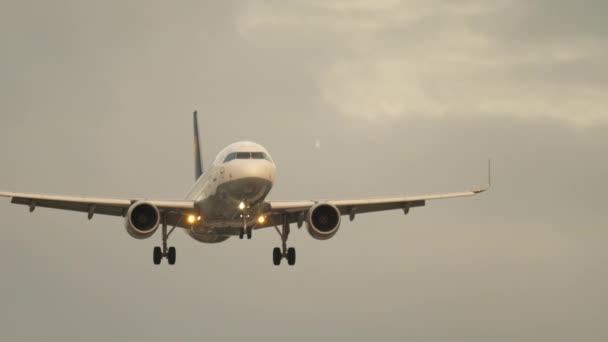 Flugzeug im Anflug am frühen Morgen