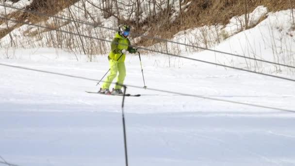 Amateur-Skirennfahrerin in der Abfahrt