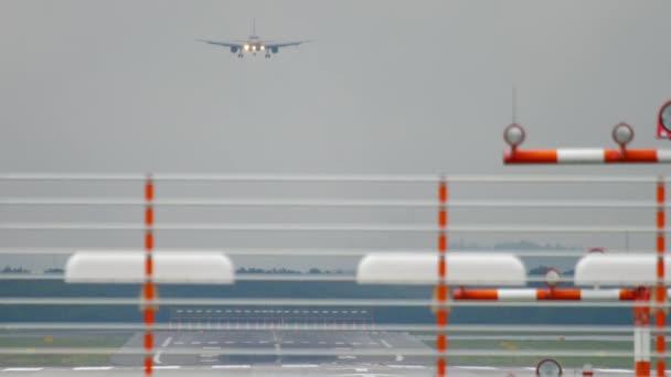Letadlo přistává na deštivém počasí
