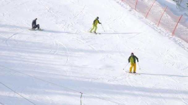 Amateurskifahrer in der Abfahrt