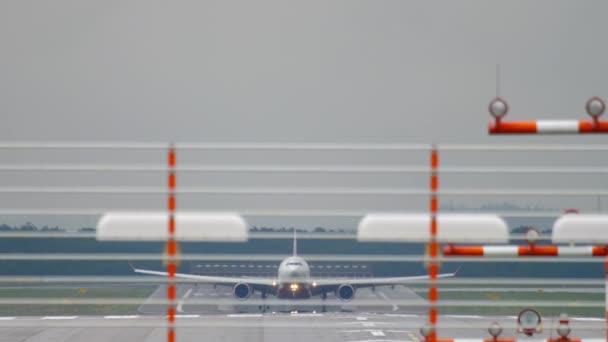 Großraumflugzeug bremst nach Landung