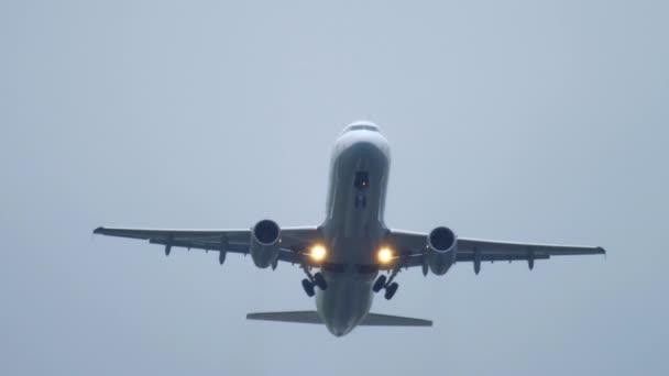 Flugzeugabflug bei Regen