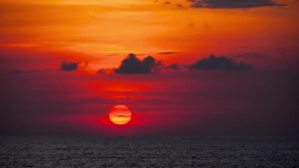 Červený západ slunce nad oceánem