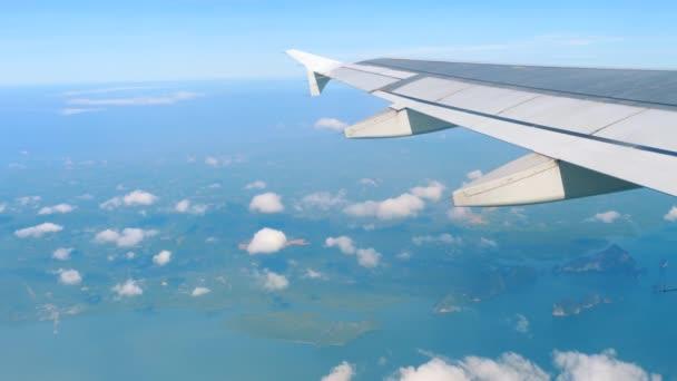 Letecký pohled na krajinu z klesající letadlo