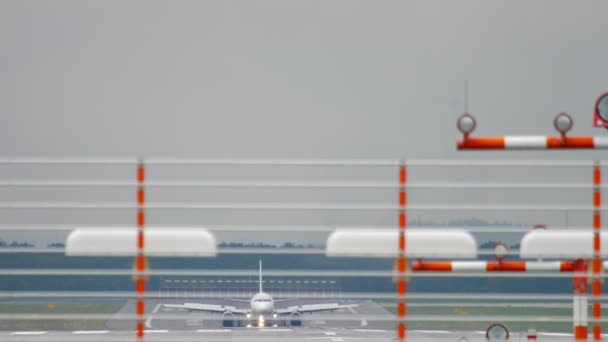 Flugzeug bremst nach Landung bei Nässe