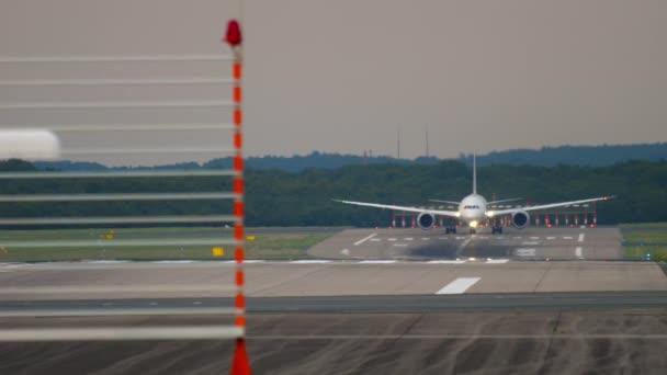 Großraumflugzeug beschleunigen und starten. Flughafen Düsseldorf