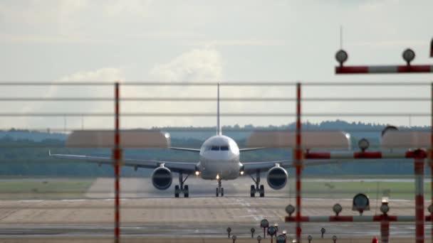 Düsenflugzeug bremst nach der Landung