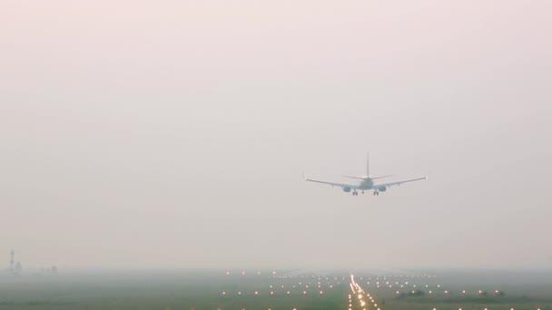 Letadlo přistání na dráze v mlze