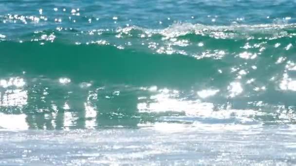 Azure vlny valily pobřeží Nai Harn Beach