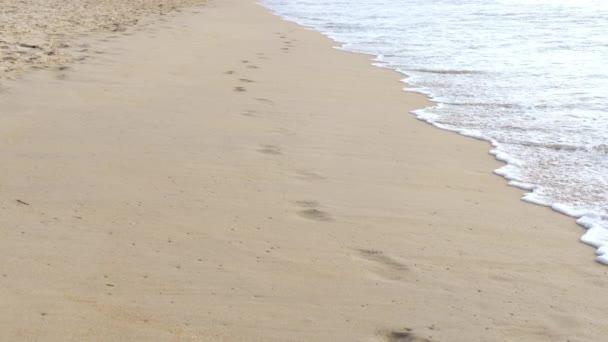 stopy na pláži