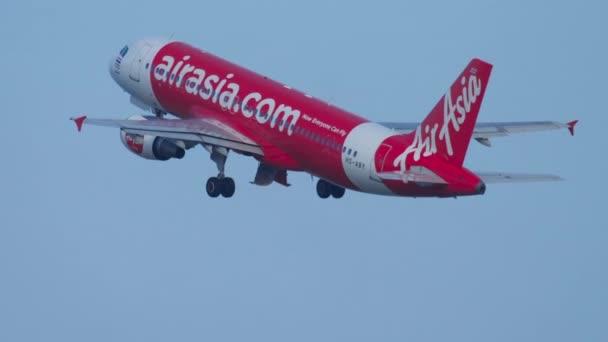 Airplane Airbus 320 departing