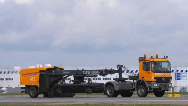 Reinigungsfahrzeug für die Landebahn am Flughafen Kasan