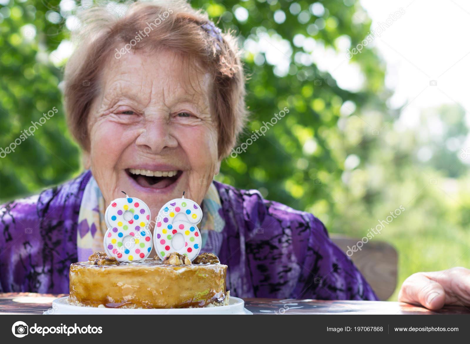 Glucklich Reife Frau Feiert Geburtstag Kuchen Kerzen Stockfoto