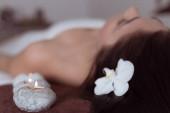 Žena se těší v lázních. Relaxace. Kosmetika a péče. Pro zdraví a krásu. Exotické. Pozadí