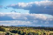 Fotografie Bukovské vrchy úžasný pohled na Lutowiska obec z hlediska v letním soumraku. Ve vysokých horách vzdálenost s pastviny