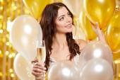 Fotografia Donna in abito da sera con bicchieri di champagne - Capodanno, celebrazione