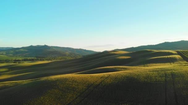 Úžasný letecký pohled na Toskánsko venkov klikaté silnici v jarní sezóně - Itálie.
