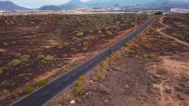 Letecký pohled na cestování po Pouštní silnici motocyklista