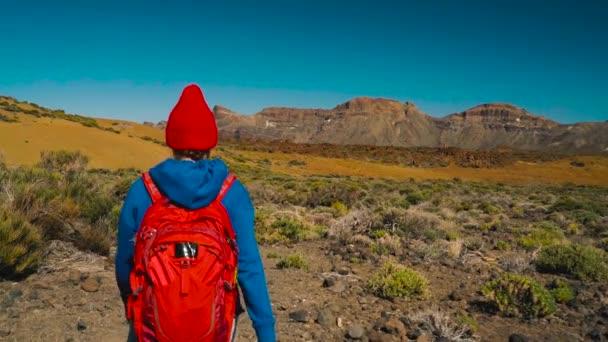 Nacional Mujer Excursionista Con España Parque Del Tenerife Teide Caucásica En Islas Canarias Senderismo Mochila De Joven Activo YwqTYr