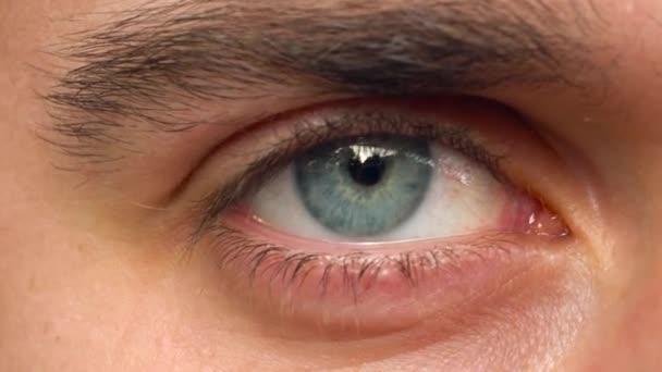 Krásné blikající mužské oko detail