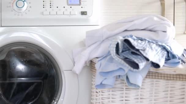 Mosoda le kell mosni, a mosógépbe, és tiszta dolgokat a közeli kosár.
