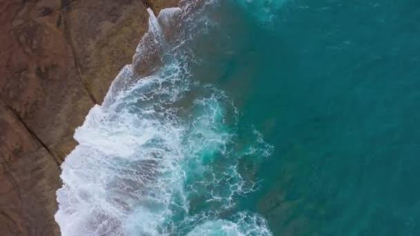 Felülnézet a sivatagi köves partvidékről az Atlanti-óceánon. Partján, a Tenerife szigetén. Légi drone felvételeit tengeri hullámok elérése part