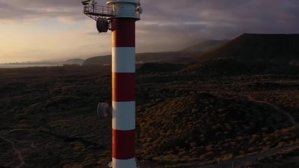 Výhled z výšky majáku Faro de Rasca, přírodní rezervace a temné mraky při západu slunce na Tenerife, Kanárských ostrovech, Španělsku. Divoký břeh Atlantského oceánu. Zrychlené video
