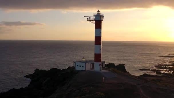 Blick von der Höhe des Leuchtturms faro de rasca, Naturschutzgebiet und dunkle Wolken bei Sonnenuntergang auf Teneriffa, Kanarische Inseln, Spanien. Wilde Küste des Atlantiks
